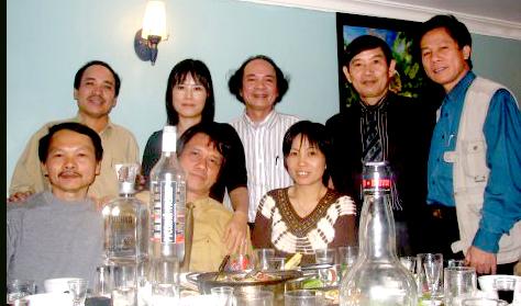 Nhà thơ, nhà phê bình Vương Cường Nhà thơ, nhạc sĩ Nguyễn Trọng Tạo ( đứng giữa ) và một số bạn thơ hội viên