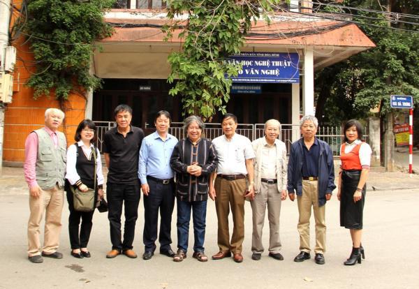 Chụp ảnh kỷ niệm tại Hội VHNT tỉnh Hòa Bình